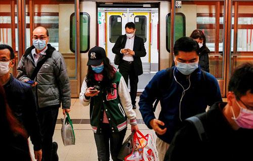 người Trung Quốc đeo khẩu trang trong dịch COVID-19