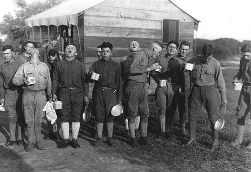 binh lính Mỹ súc họng bằng nước muối năm 1918