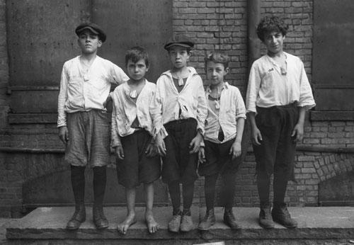 Những đứa trẻ đeo những chiếc vòng chứa long não để phòng dịch cúm