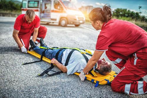 Đội cứu hộ giúp đỡ người bị tai nạn giao thông
