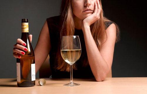 uống rượu thường xuyên là yếu tố làm tăng nguy cơ ung thư vú