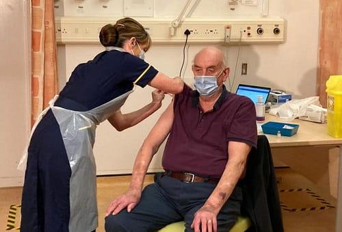 Brian Pinker, 82 tuổi là người đầu tiên trên thế giới được tiêm phòng COVID-19 bằng vaccine của AstraZeneca