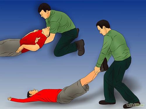 Xử trí người đột ngột ngã quỵ: di chuyển nạn nhân ra khỏi vị trí nguy hiểm