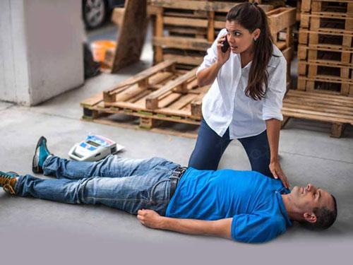 Xử trí người đột ngột ngã quỵ: gọi điện kêu gọi trợ giúp
